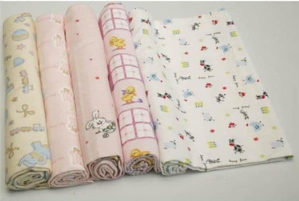 Какого размера должны быть пеленки для новорождённых: таблицы по возрасту и материалу