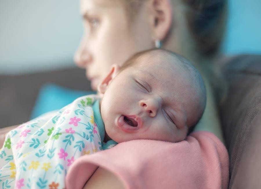 Как правильно кормить новорожденного грудным молоком: позы, по часам