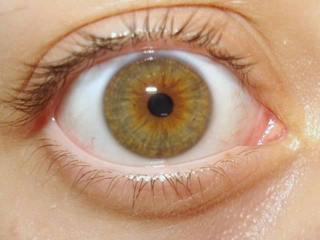 По каким причинам новорожденный ребенок закатывает глаза, диагностика и лечение