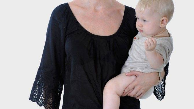 Как правильно держать новорожденную девочку?