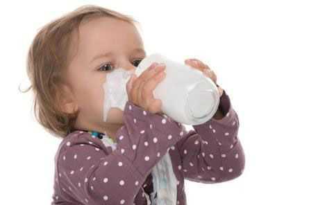 Когда можно начинать давать коровье молоко грудничку?
