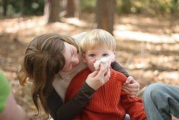 Можно ли гулять с ребенком на улице при кашле и насморке, но без температуры