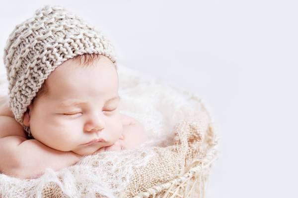 Новорождённый ребёнок часто срыгивает и икает после кормления