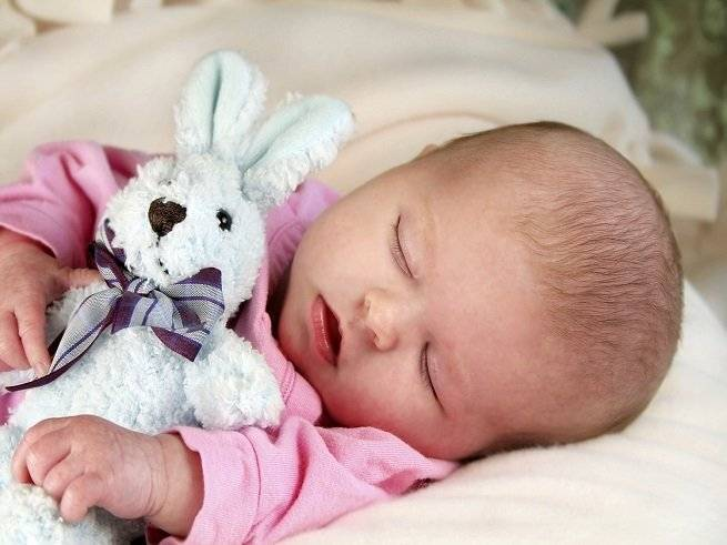Ребенок 2-3 месяцев постоянно мотает головой — что делать?