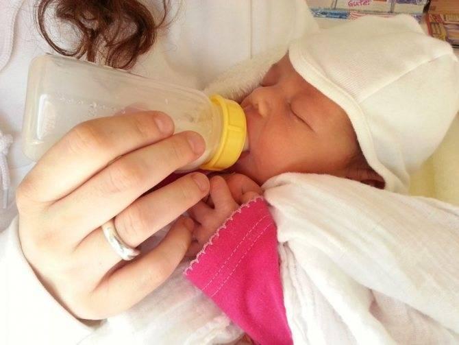 Новорожденный тужится и краснеет, кровоизлияние у младенца
