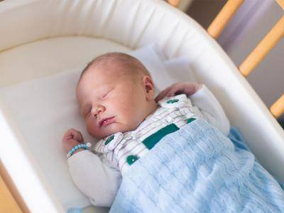 В какой позе должен спать новорожденный?