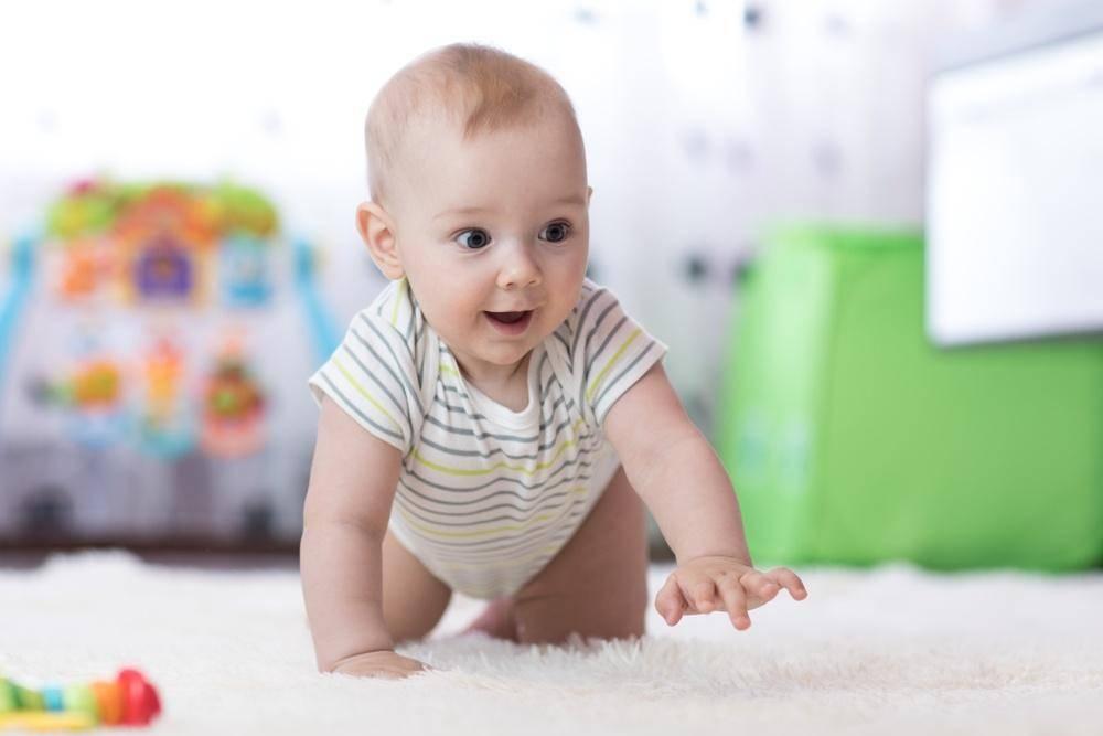 Как научить ребенка ползать: массаж, упражнения, пример родителей.. как научить ребенка ползать: 7 упражнений и личный опыт.