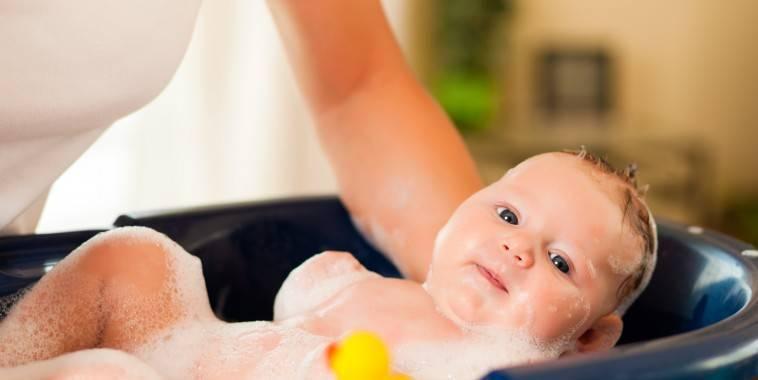 Как держать ребенка при купании — необходимость и подготовка