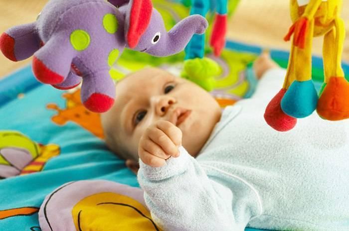 Когда малыш сам берет погремушку???