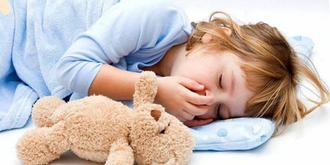 Как облегчить кашель у ребенка в домашних условиях ночью — чем помочь при сухом горле?