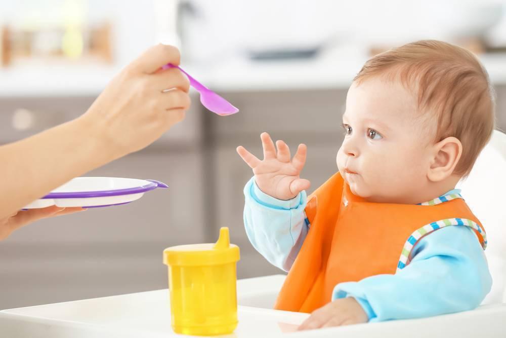 Почему не надо давать воду ребенку при грудном вскармливании?