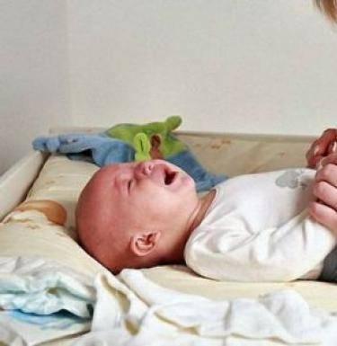 Почему ребенок выгибает спинку?