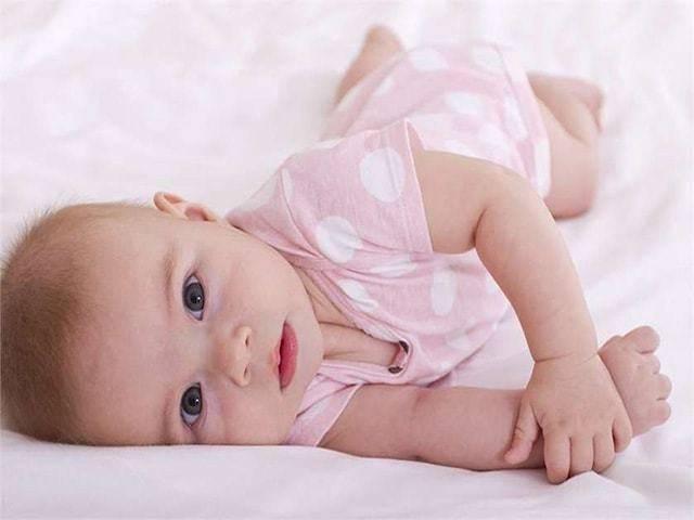 Как научить ребенка переворачиваться на бок, с живота на спину