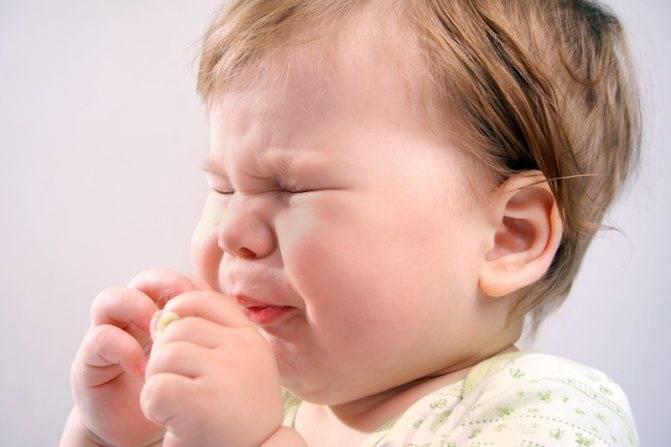 Ребенок чешет глаза и нос: почему и что делать