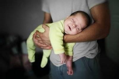 Как приучить ребенка спать не пеленая его?