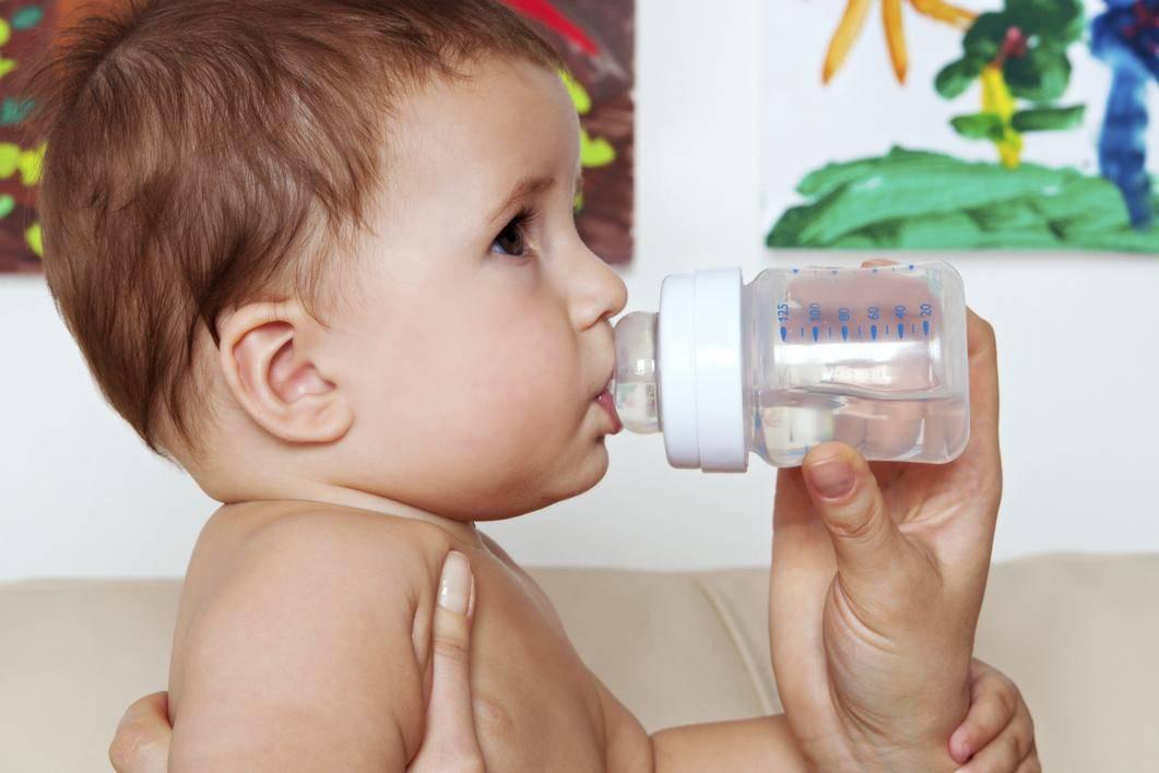 Как и когда допаивать грудничка водой при искусственном вскармливании
