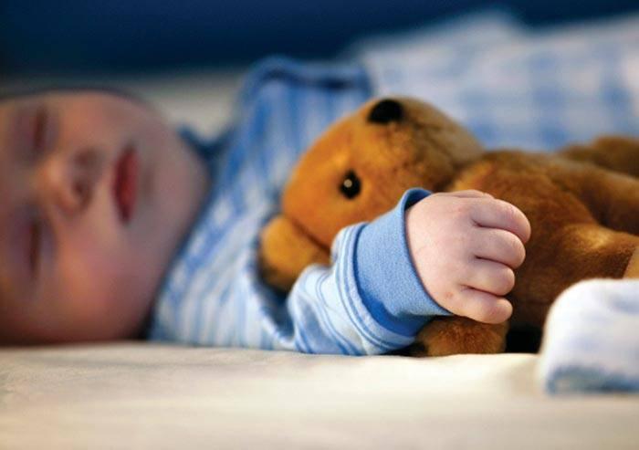 Ребенок спит с открытыми глазами – какие причины и что делать 2020