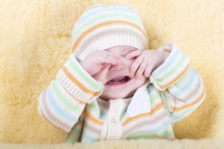 Новорожденный, засыпая, закатывает глаза: есть ли причины волноваться?