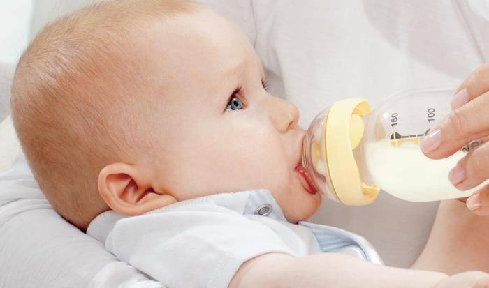 Как правильно кормить малыша из бутылочки?