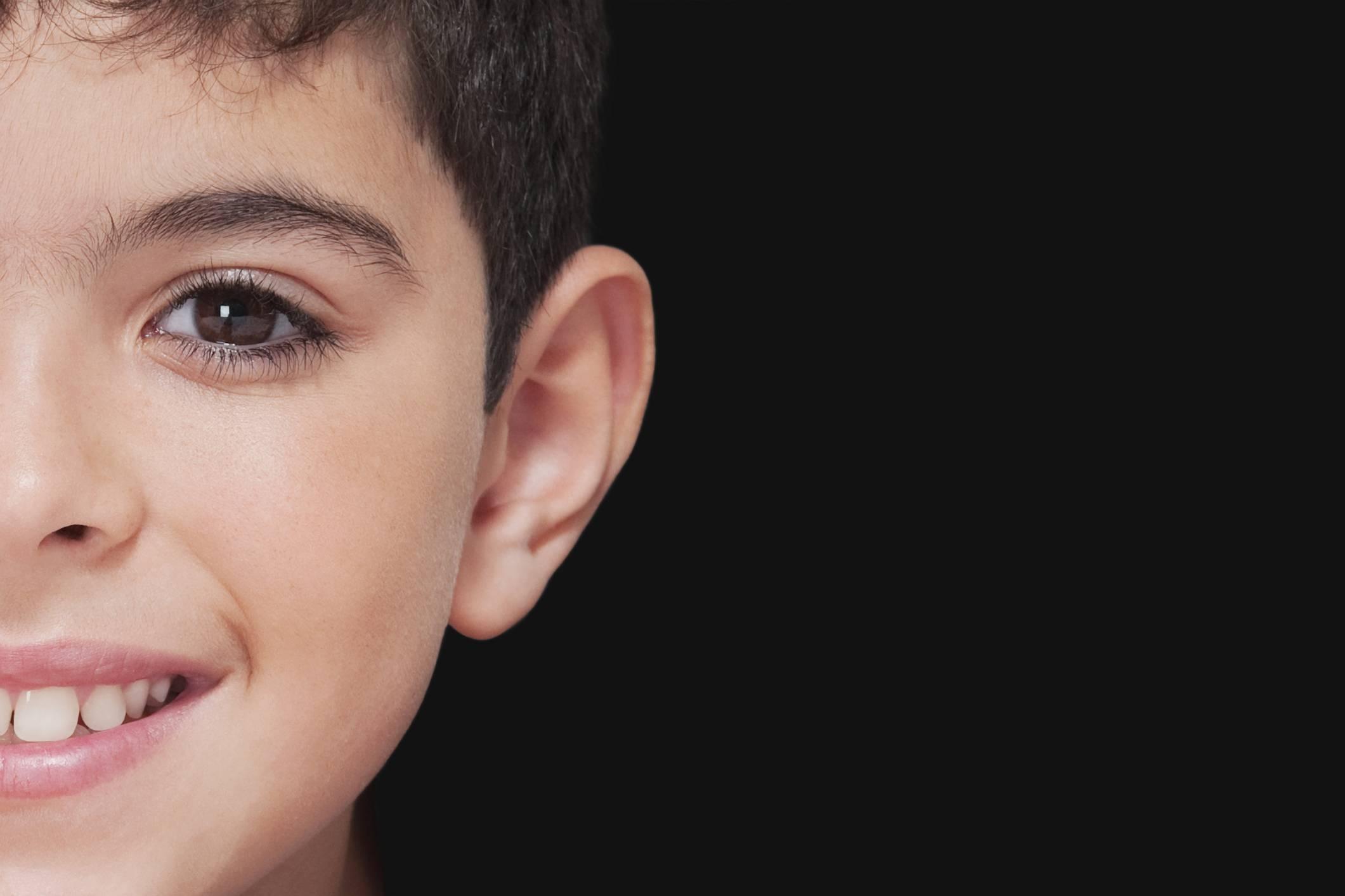 Почему может появиться шишка за ухом у ребенка и что делать?