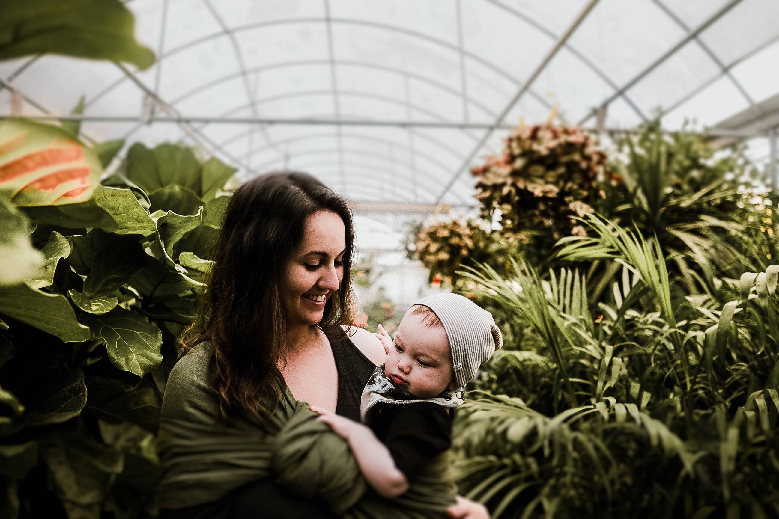 Во сколько дети начинают держать головку самостоятельно или когда новорожденный ребенок начинает держать голову лежа на животе и в вертикальном положении