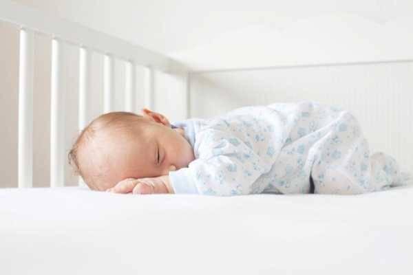 Как должны спать новорожденные: как правильно укладывать грудничка, в какой позе — на спине или на боку? в какой позе спать новорожденному