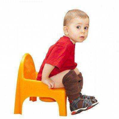 Густой стул у грудничка: как помочь малышу?