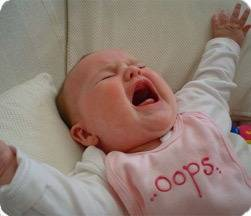 Новорожденной три недели постоянно кричит когда не спит