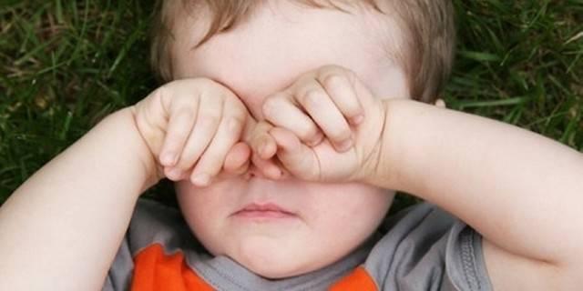 Почему ребенок трет нос и глазки?