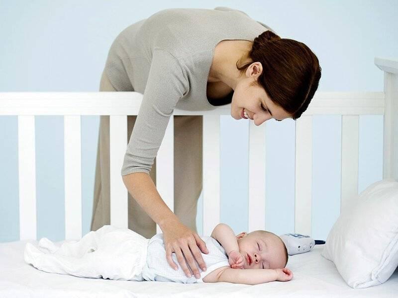Почему ребенок кряхтит, во сне, во время кормления?