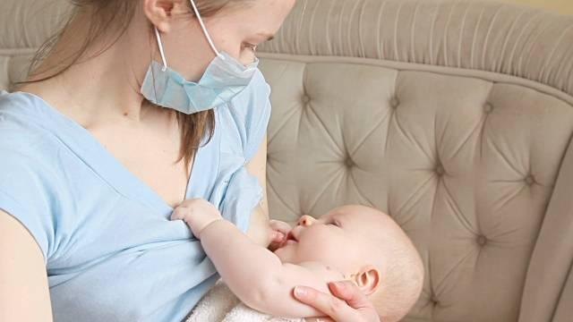 Грудное вскармливание во время простуды: как не заразить ребенка?