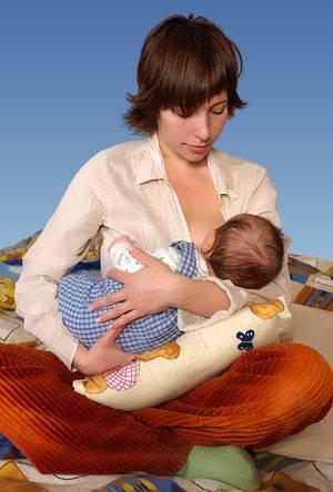 Кормление новорожденного грудным молоком: позы и сложности гв