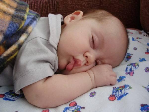 Как переложить ребенка в кроватку, чтобы он не проснулся