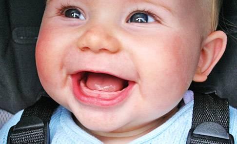 Как у детей прорезаются зубы