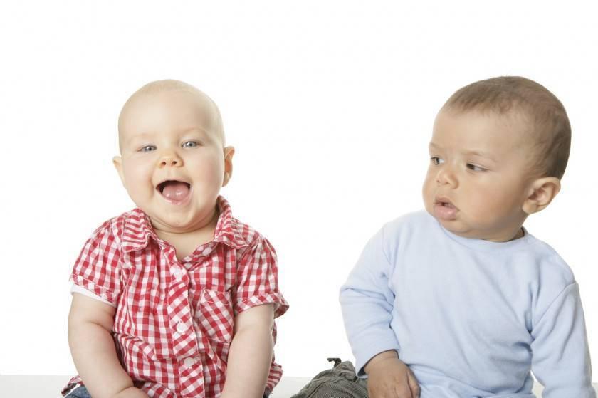 Во сколько месяцев ребенок начинает сидеть ?