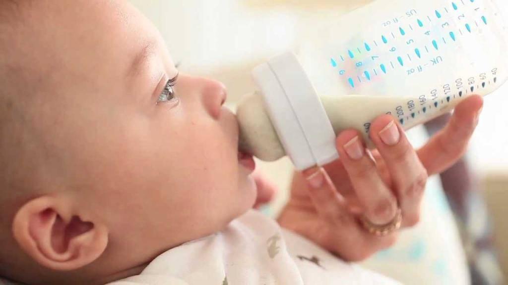Кислый запах кала у ребенка младше года — причины зловония