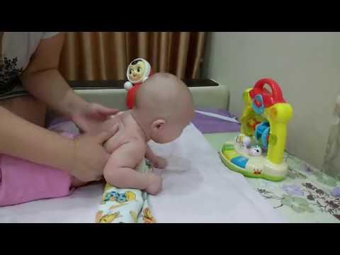 Ребенок не держит голову: почему, что делать, как можно помочь