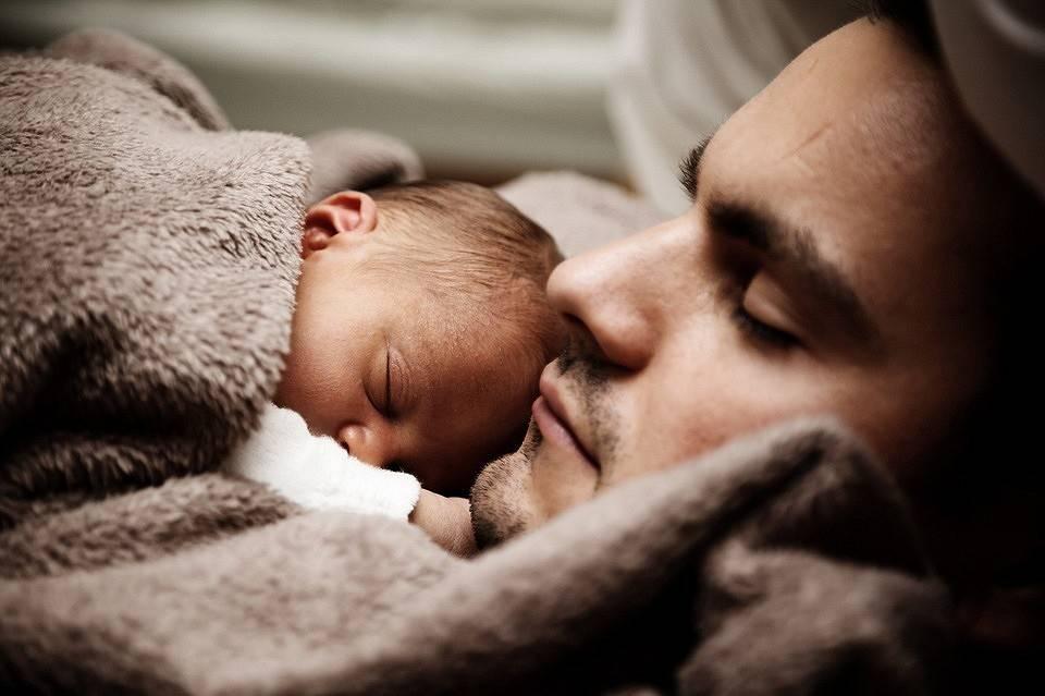 Что делать, если в 2 месяца ребенок не спит днем?