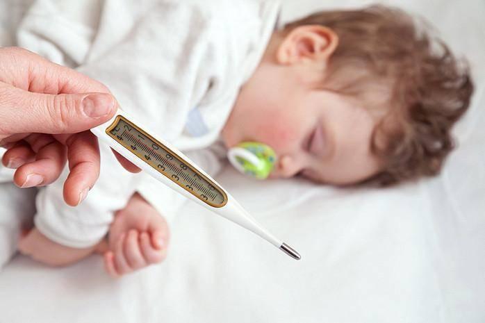 Обтирание водкой при высокой температуре у ребенка: пропорции и правила