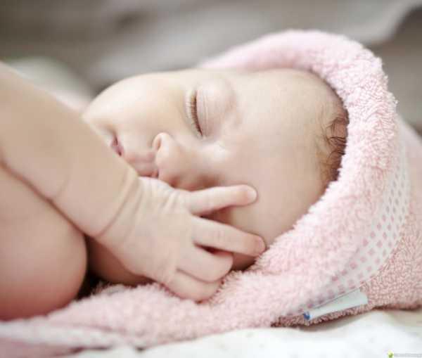 Почему плачет новорожденный, дергая ножками