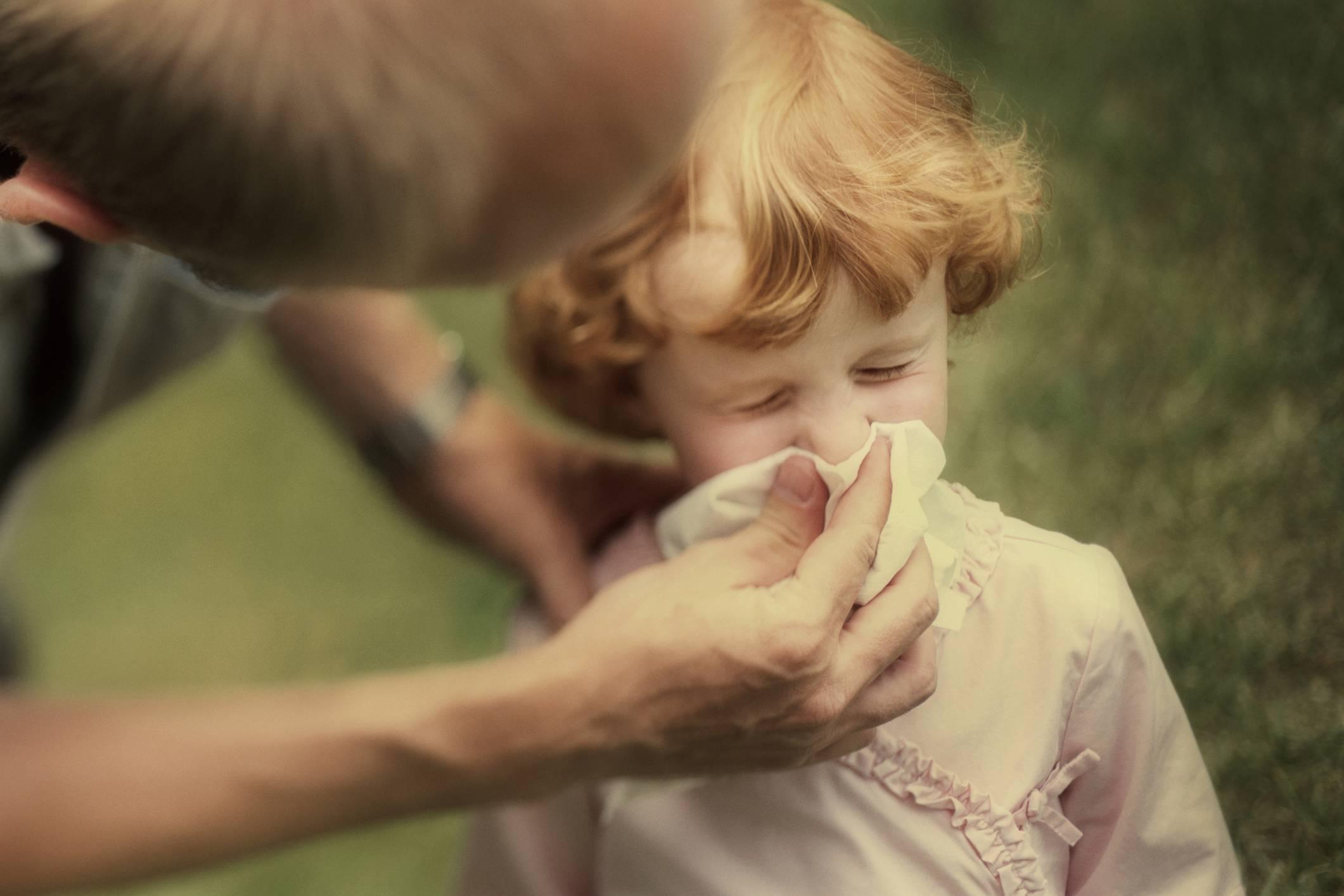 Можно ли гулять маленькому ребенку с насморком