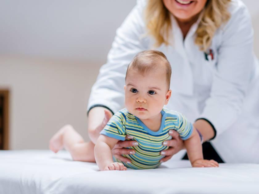 Что делать, если ребенок не сидит в семь месяцев