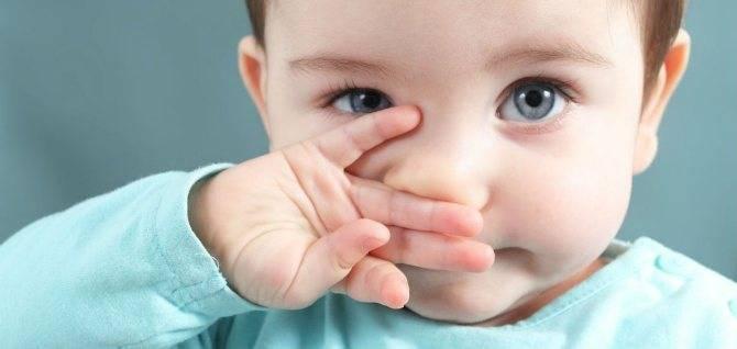 Почему ребенок чешет глаза и нос руками, возможные причины