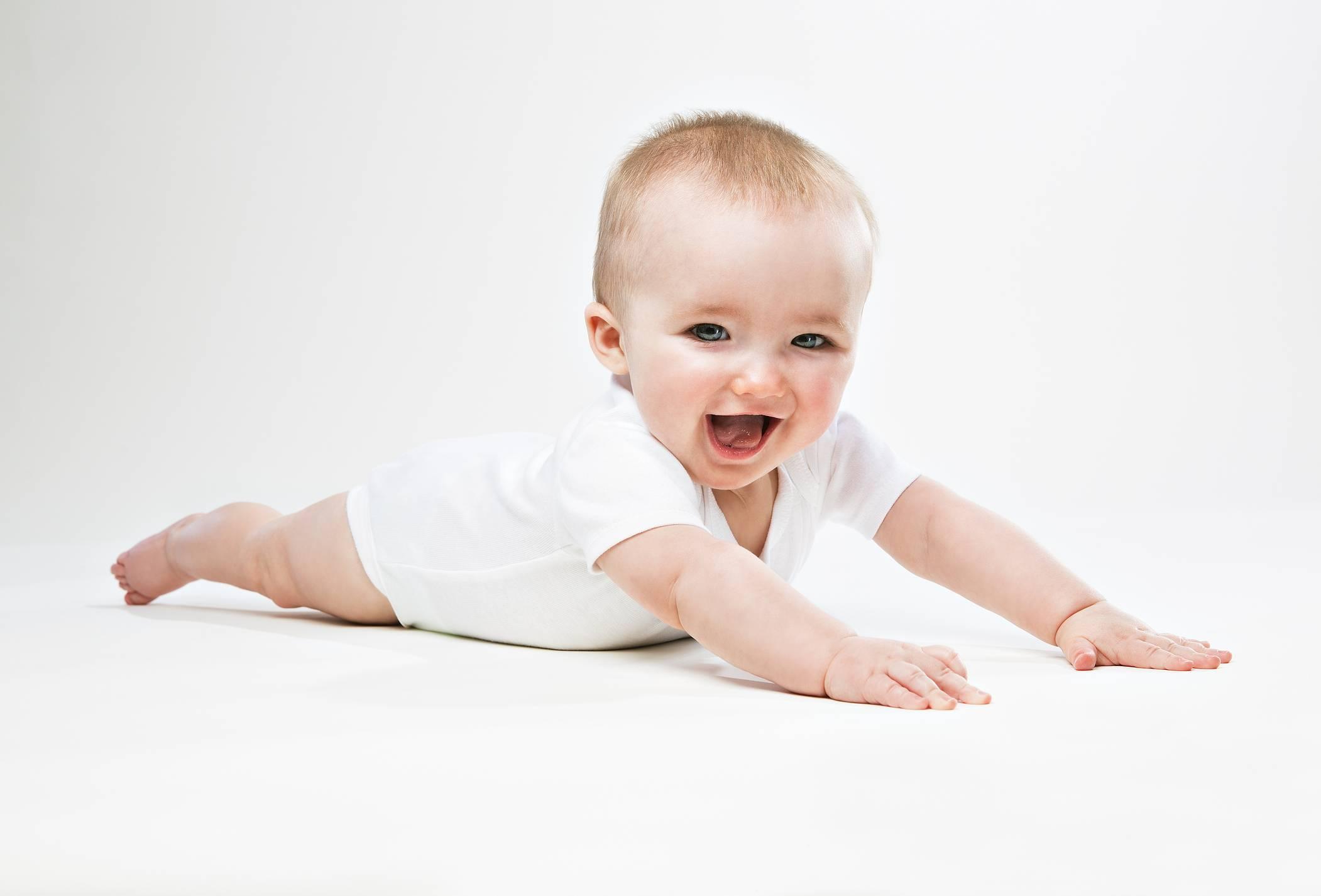 Девочки,бью тревогу ребенку 7 месяцев он не садится и не ползает(