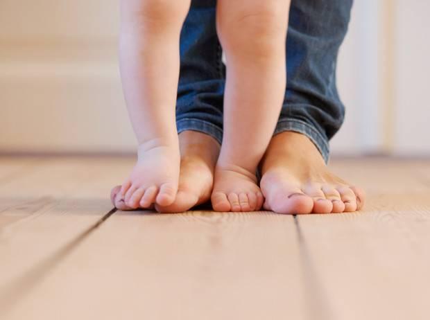 Почему ребенок ходит на носочках, и что с этим делать