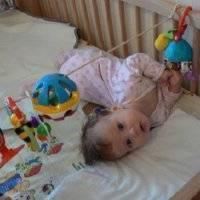 Ребенку 2 месяца, а мы запрокидываем назад голову...