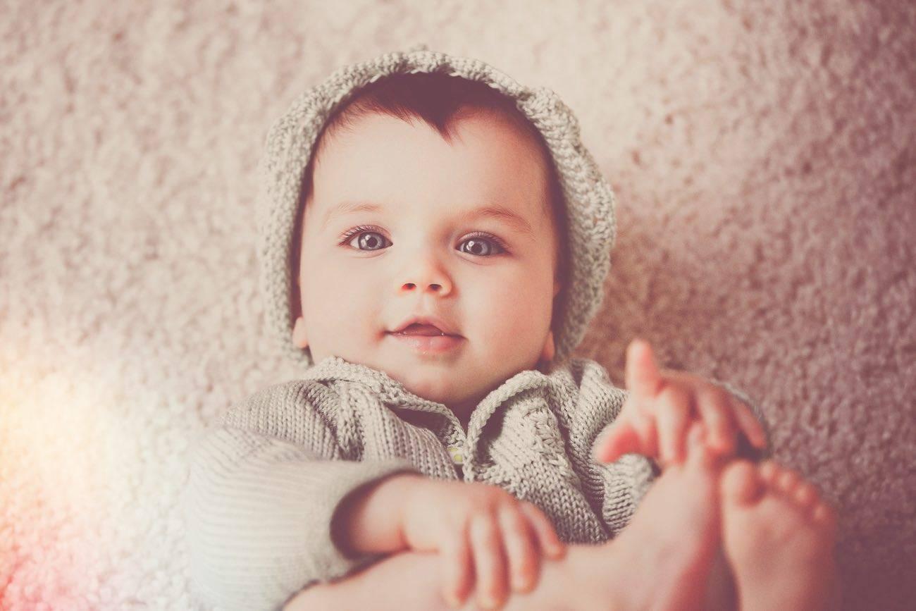 Нормы прорезывания зубов у детей до года и старше: порядок появления первых зубов у младенцев со схемами и сроки прорезывания молочных и постоянных зубов по комаровскому