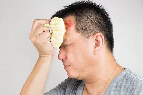 Шишка на голове у ребенка: насколько это опасно и как лечить удар дома