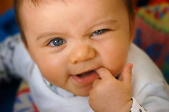 Почему у ребенка 2 месяца текут слюни — причины обильного слюнотечения у 2–4-месячного грудничка