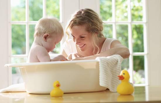 Температура воды для купания новорожденного ребенка, нужно ли кипятить?